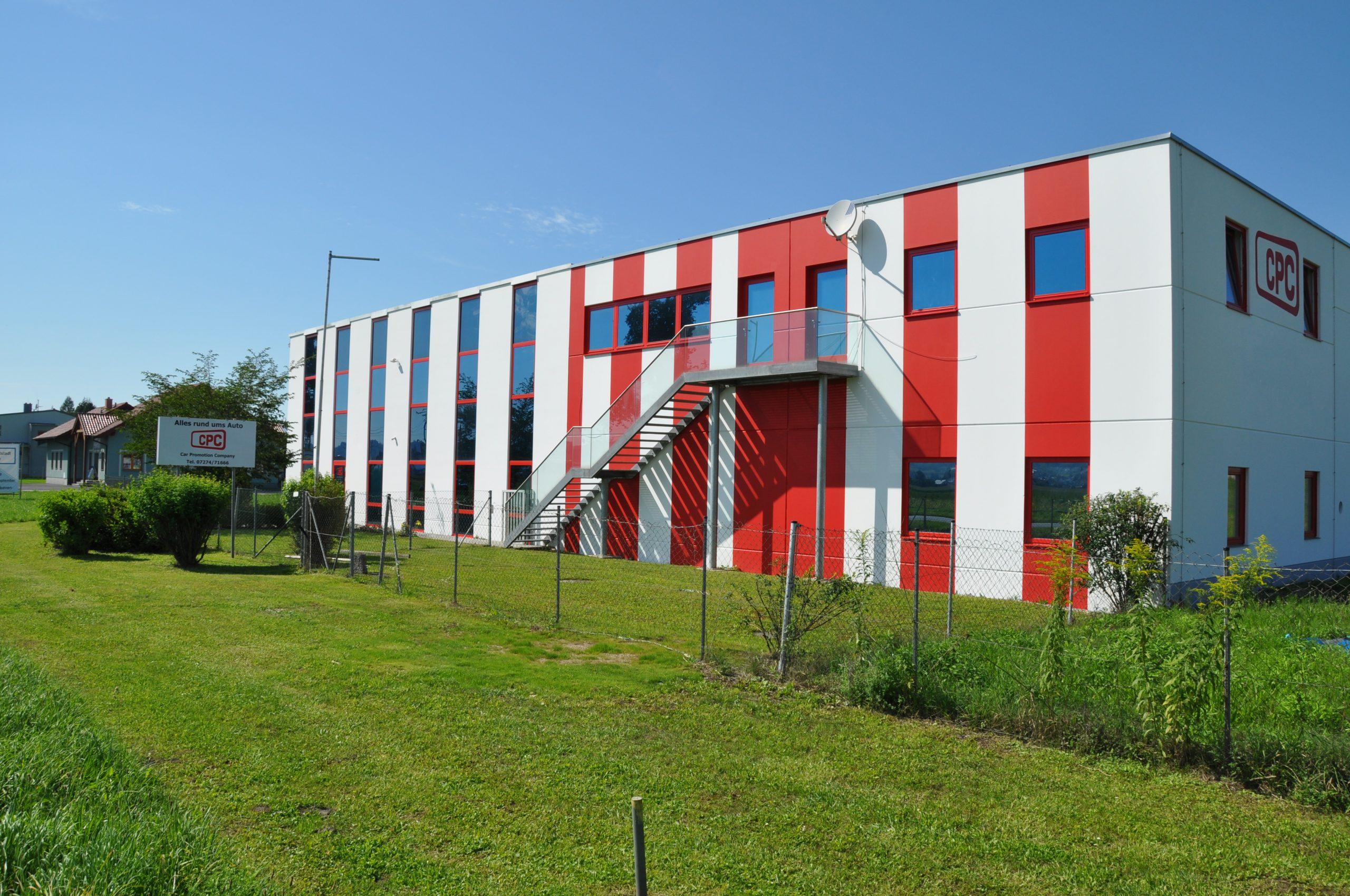 Firmengebäude von außen, Ansicht seitlich